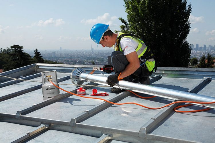 Un couvreur en action sur un toit avec le nouveau fer de couvreur Express Réf. 6367-8