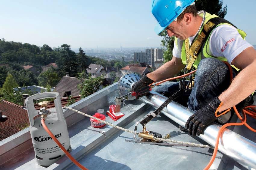 Fer de couvreur en situation sur un toit