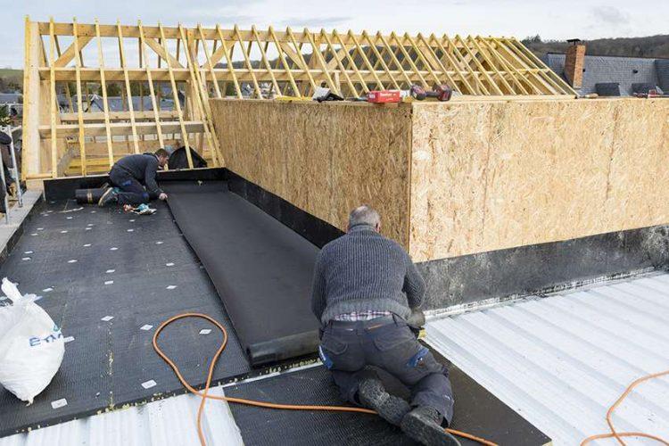 Deroule du bitume sur toiture