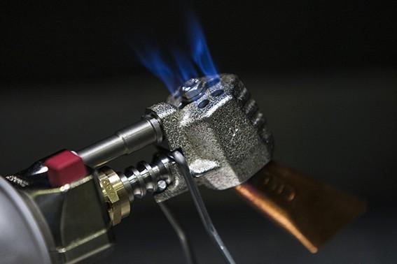 Fer de couveur et flamme sur tête de fer